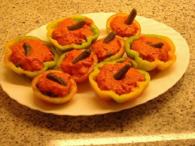 Tomates de Montserrat rellenos de mus de atún i pimientos escalibados
