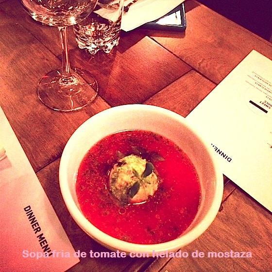 Sopa fria de tomate con helado de mostaza